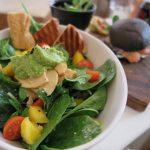 Een bord met spinazie en sla